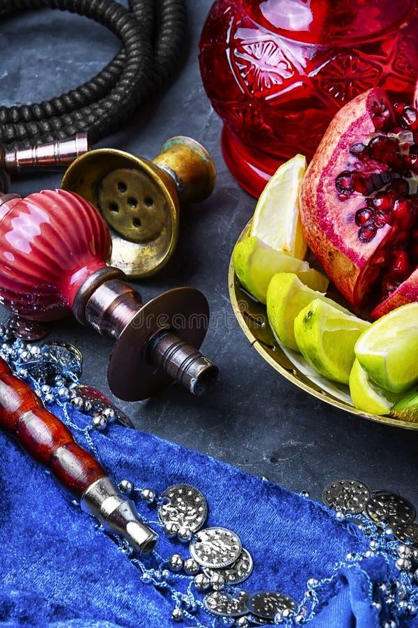 与热带水果口味的水烟筒  库存照片