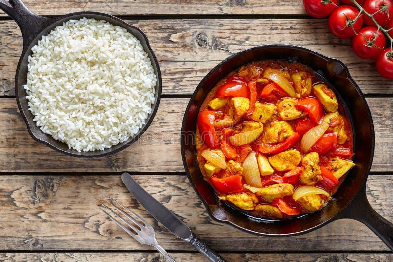 与热的菜的鸡jalfrezi饮食传统印地安咖喱辣油煎的肉 免版税库存图片