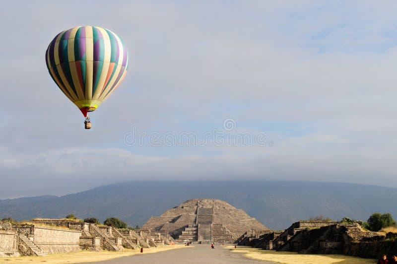 与热空气气球的月亮金字塔 免版税图库摄影