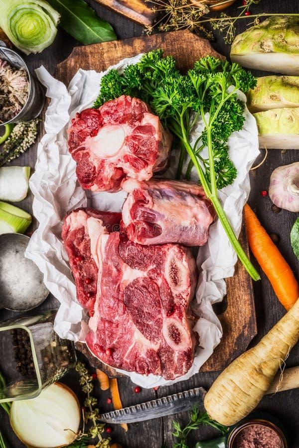 与烹调成份的菜的未加工的汤或汤肉 库存照片