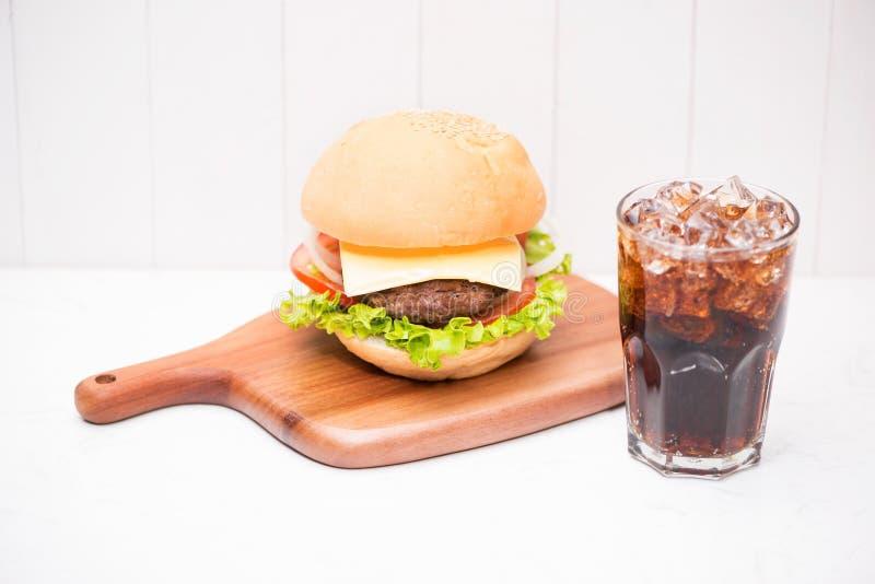 与焦炭的自创BBQ汉堡在木背景 免版税库存照片