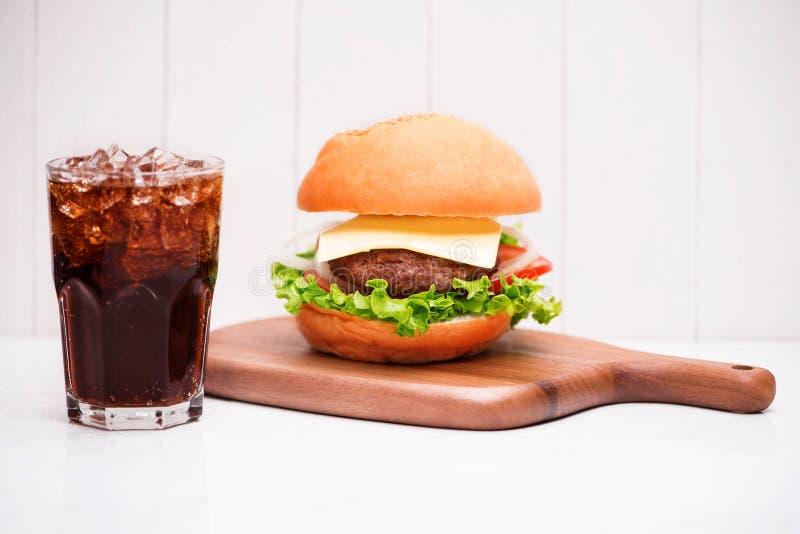 与焦炭的自创BBQ汉堡在木背景 免版税图库摄影