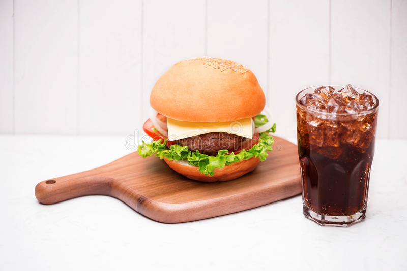 与焦炭的自创BBQ汉堡在木背景 免版税库存图片
