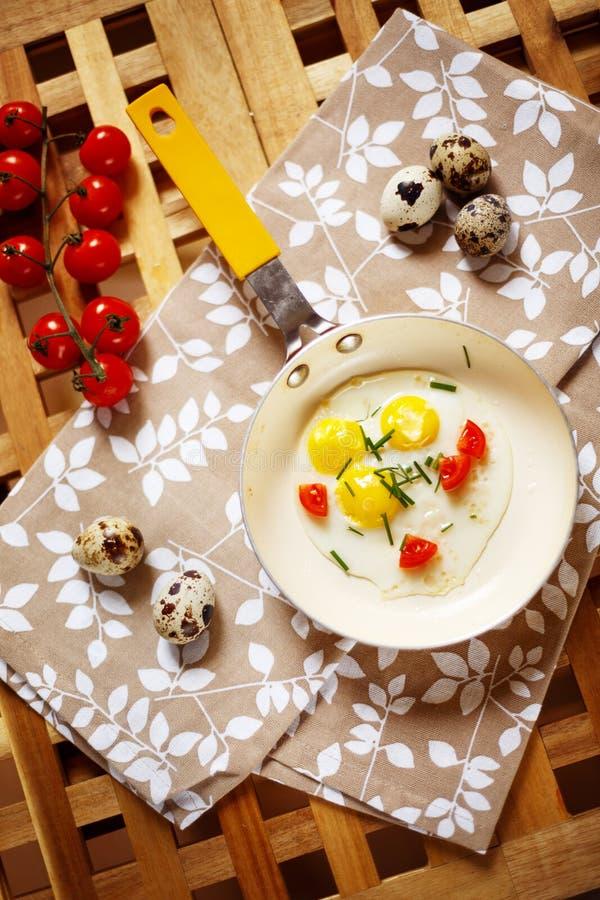 与煎蛋平底锅的新鲜的早餐 图库摄影