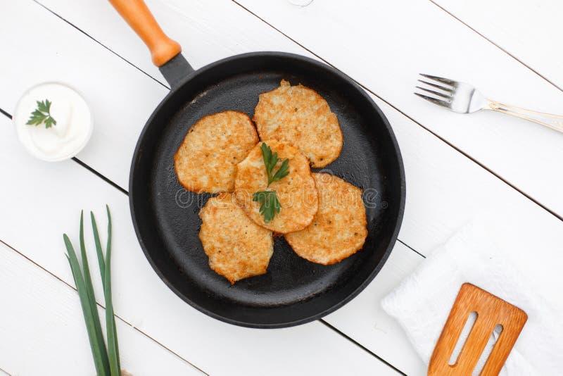 与煎锅的可口土豆薄烤饼 库存图片