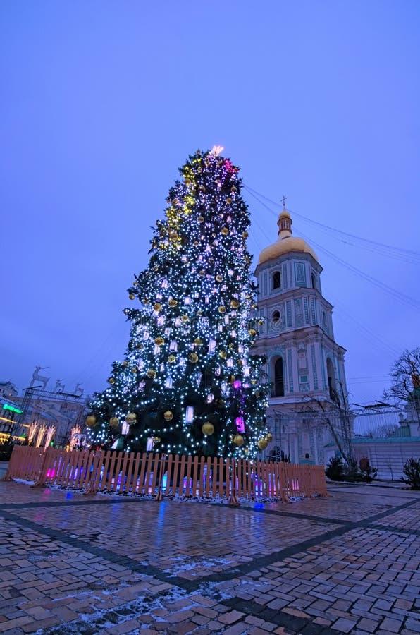 与照明的主要Kyiv ` s新年树和圣徒背景的索菲娅大教堂 免版税图库摄影