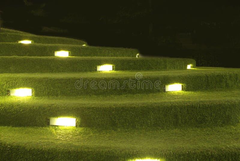 与照明设备的人为草台阶装饰 库存图片