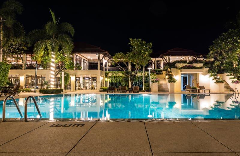 与照明设备的热带游泳池和主楼在旅馆里 库存图片