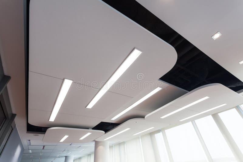 与照明设备的现代天花板 免版税库存图片
