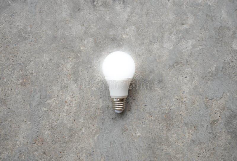 与照明设备的LED电灯泡-保存照明设备技术-徒升 免版税库存照片
