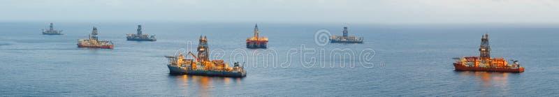 与照明,全景的近海石油平台和气体钻井船 免版税图库摄影