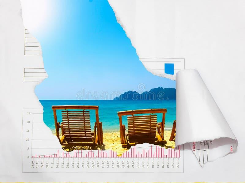 与照片的背景从在美丽的假期与作用的海边ofripped纸 设计,广告,概念 库存图片