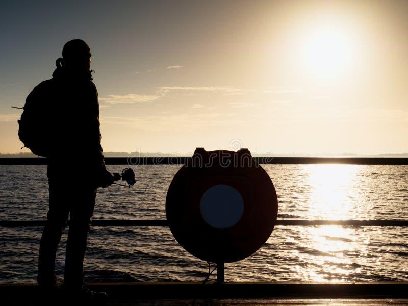 与照相机的弯成拱状的艺术家照片在三脚架 扶手栏杆的游人 图库摄影