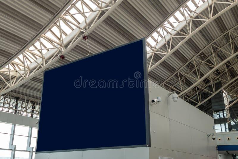 与照相机cctv的空白的大广告牌在机场 免版税库存图片
