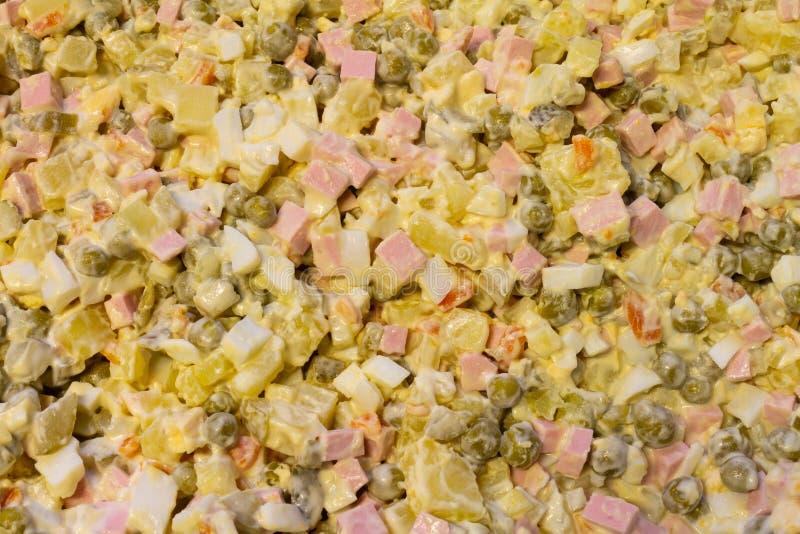 与煮熟的菜的传统沙拉用蛋黄酱 免版税库存图片