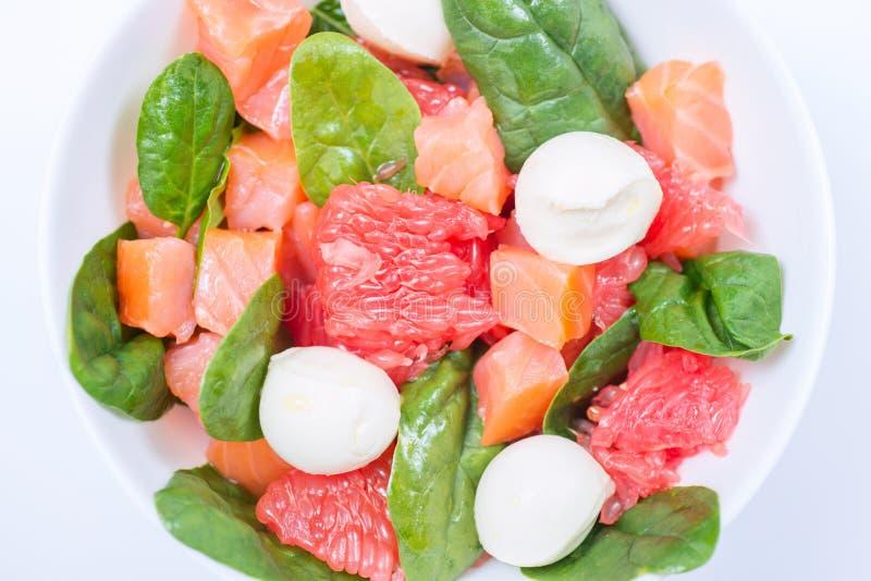 与熏制鲑鱼、葡萄柚、菠菜和无盐干酪的沙拉 免版税图库摄影