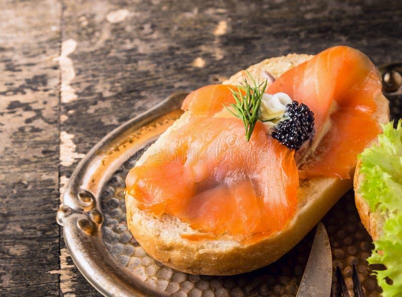 与熏制鲑鱼和白鲸鱼子酱的三明治 免版税库存图片