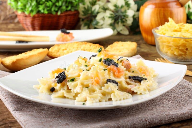 与熏制鲑鱼和鱼子酱的意大利面食 免版税图库摄影