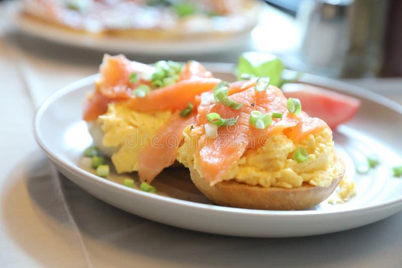 与熏制鲑鱼的炒蛋在多士,早餐 图库摄影