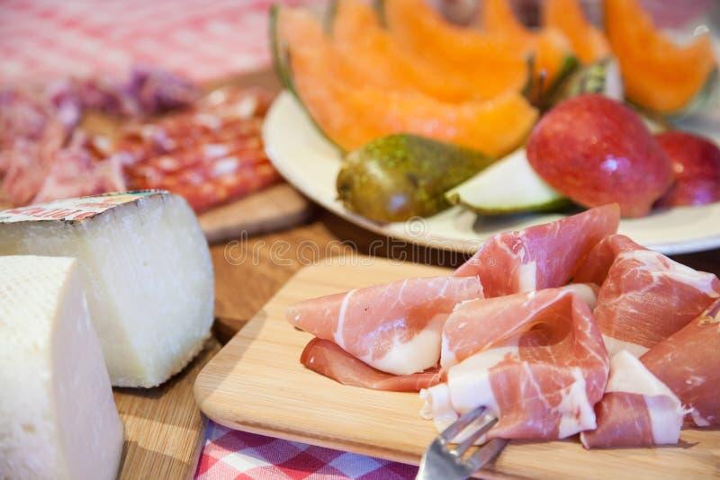 与熏火腿、乳酪和果子的典型的托斯卡纳烹调 免版税库存图片