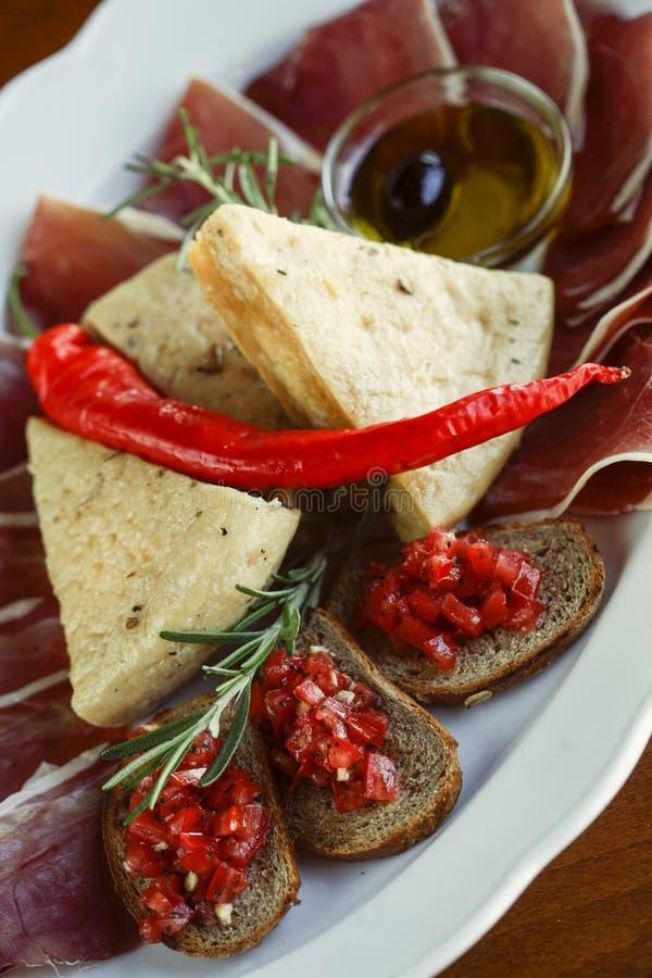 与熏火腿和乳酪的地中海开胃菜 免版税库存图片