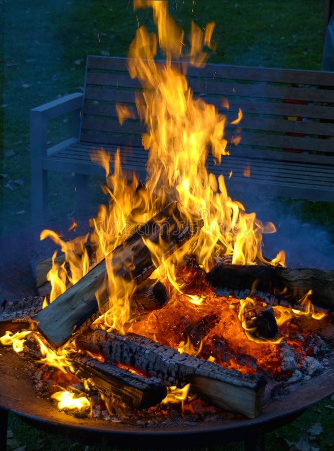 与燃烧的火焰的阵营火 库存图片