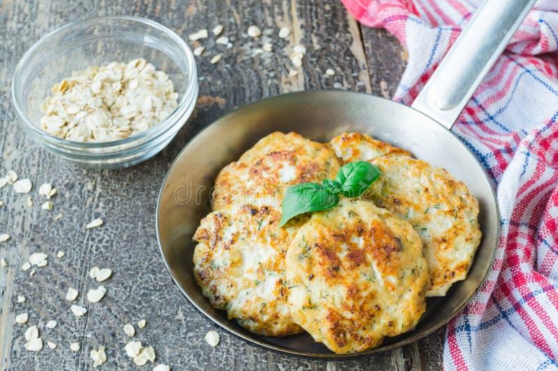 与燕麦剥落的炸鸡在平底锅的炸肉排和莳萝 库存照片