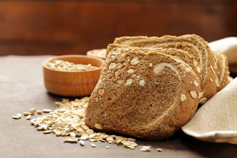 与燕麦剥落的整个五谷面包 免版税图库摄影