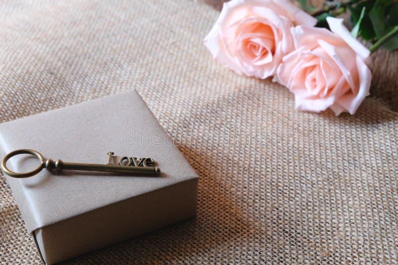 与爱形状钥匙的美丽的橙色桃红色玫瑰 最小的浪漫Valentine&的x27样式软的口气;s天 图库摄影
