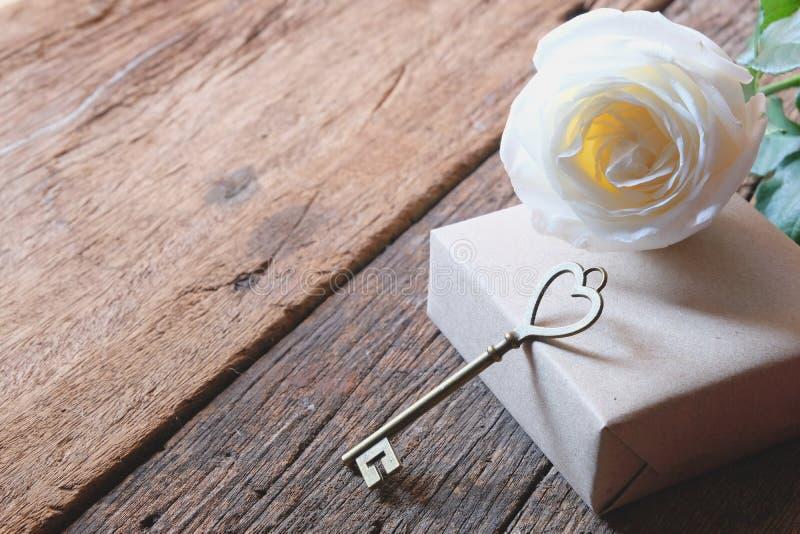 与爱形状钥匙的美丽的白色玫瑰 最小的样式 浪漫Valentine&的x27软的口气;s天 免版税库存照片
