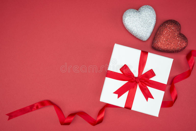 与爱心脏形状的礼物盒套丝绸丝带 库存照片