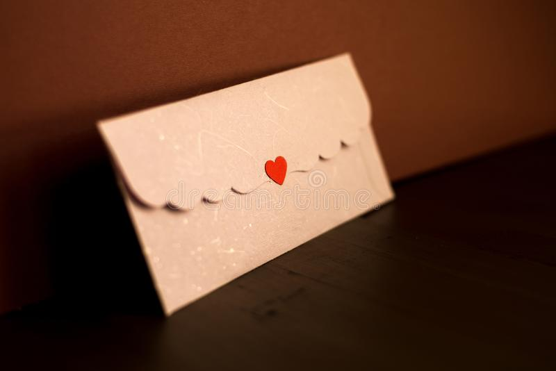 与爱标记的老牌被密封的信封 图库摄影