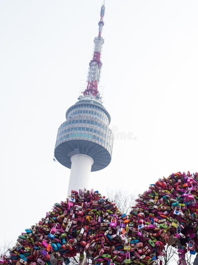 与爱锁的汉城塔 库存图片