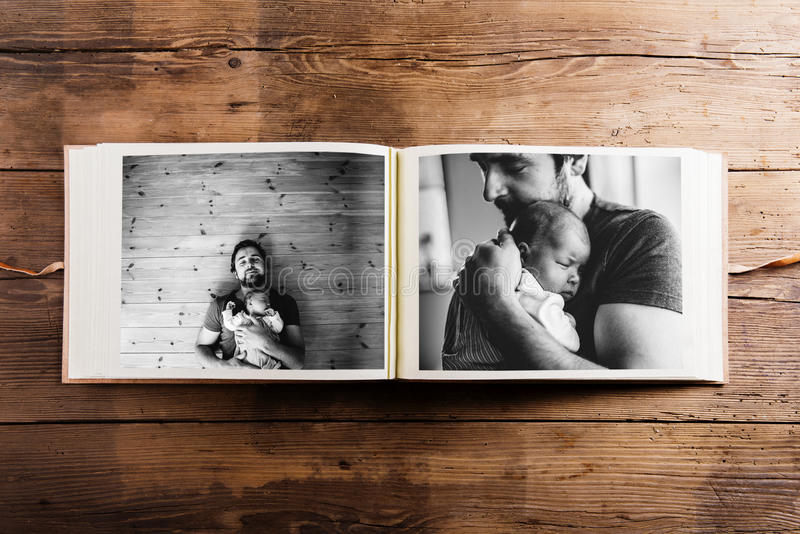 与父亲和女婴的图片的象册 父亲节 库存照片