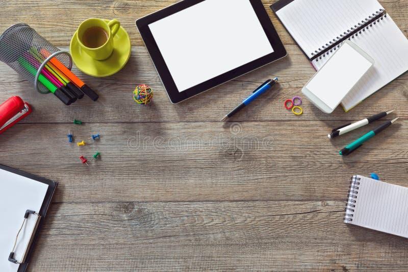 与片剂、巧妙的电话和咖啡的办公桌背景 看法从上面与拷贝空间 免版税图库摄影