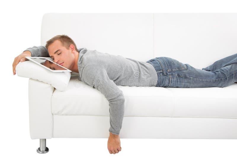 与片剂个人计算机的人睡眠 免版税库存照片