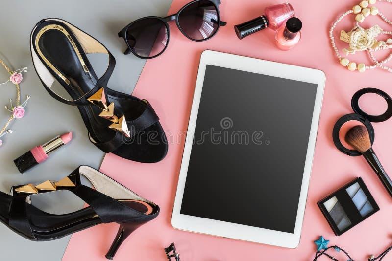 与片剂和时装配件的妇女化妆用品 库存图片