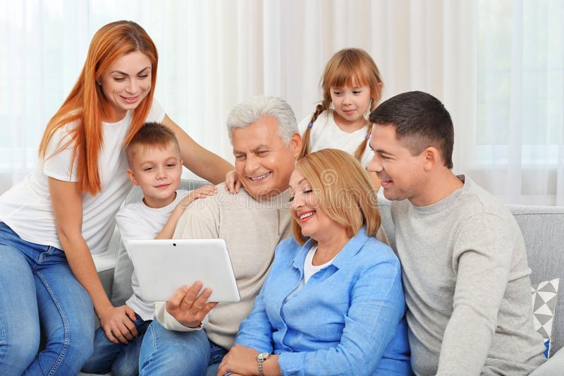 与片剂的愉快的家庭 库存图片