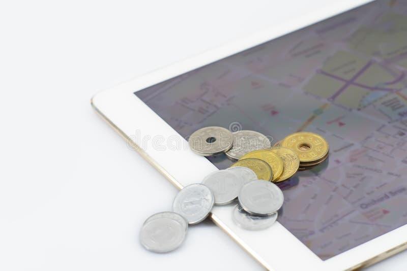 与片剂的硬币日本在隔绝 免版税图库摄影