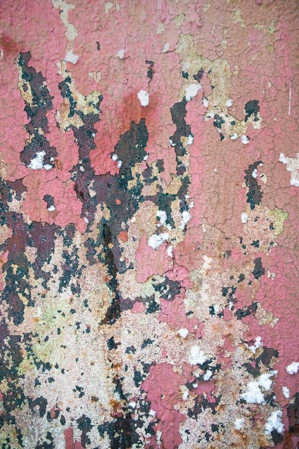 与片状棕色油漆的老被腐蚀的金属墙壁背景 生锈的片状破裂的金属表面 提取o的表面纹理 库存图片