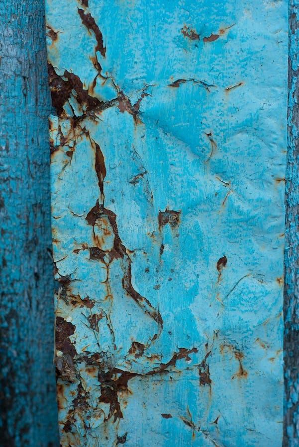 与片状蓝色油漆的生锈的老葡萄酒铁纹理 免版税库存图片