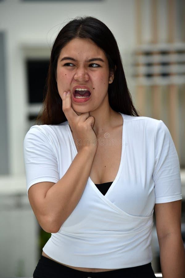 与牙痛的少数成年女性 图库摄影