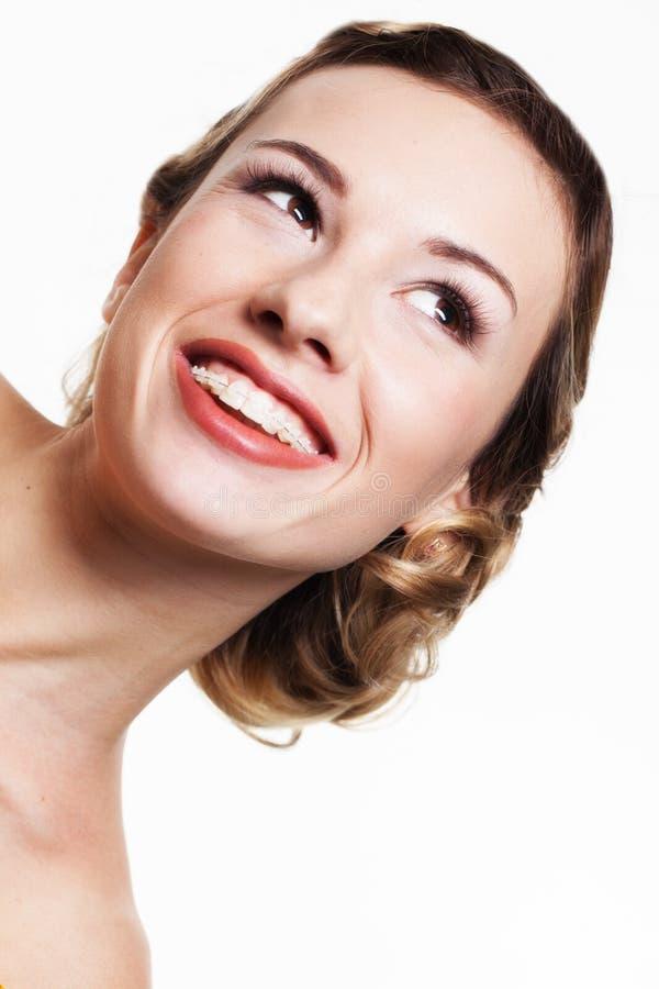 与牙齿括号的微笑 图库摄影