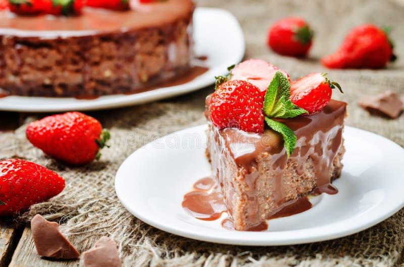 与牛奶巧克力结冰和strawber的牛奶巧克力乳酪蛋糕 免版税库存照片