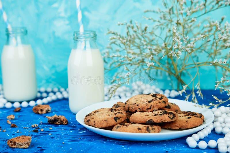 与牛奶瓶的曲奇饼巧克力 库存图片