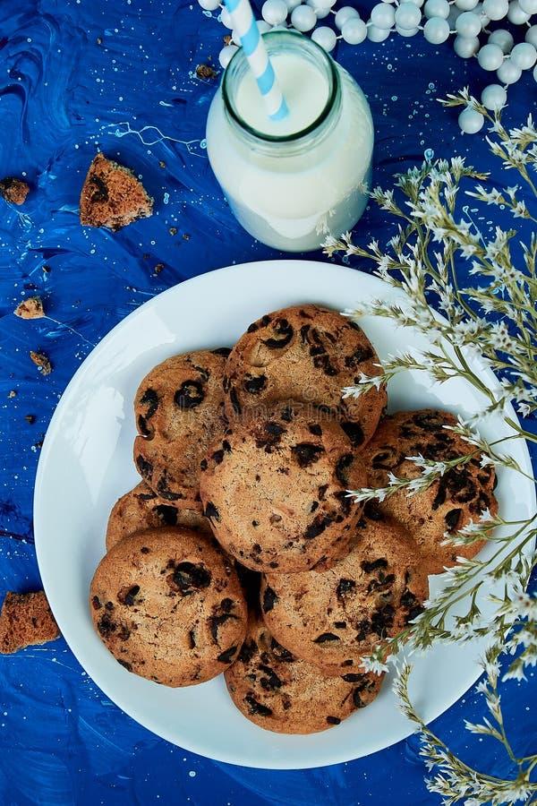 与牛奶瓶的曲奇饼巧克力 免版税图库摄影