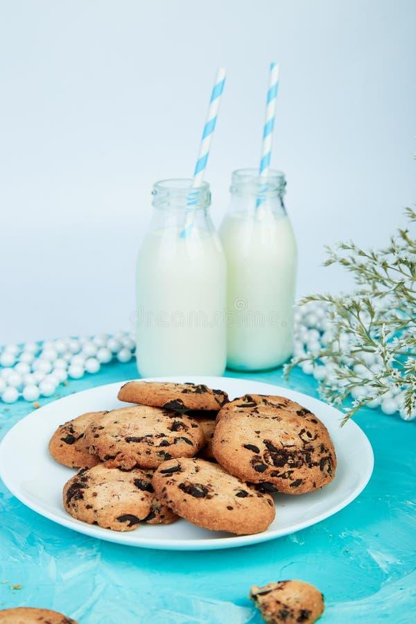 与牛奶瓶的曲奇饼巧克力 免版税库存照片