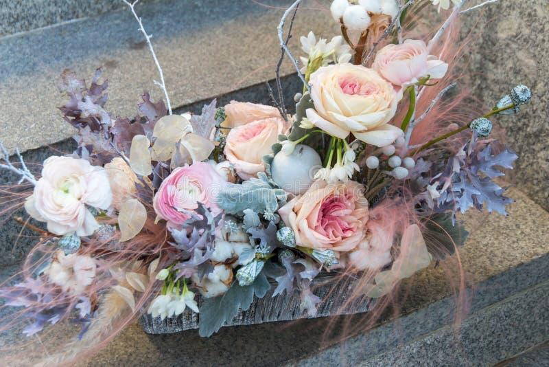 与牡丹和玫瑰的软的桃红色婚姻的花束由卖花人关闭 库存照片