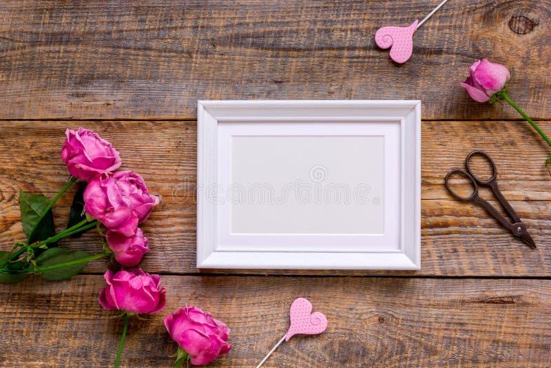 与牡丹花束和白色框架顶视图嘲笑的当前设计 库存图片