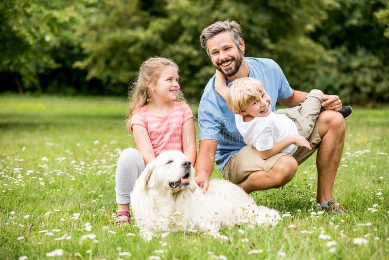 与狗猎犬的家庭 图库摄影